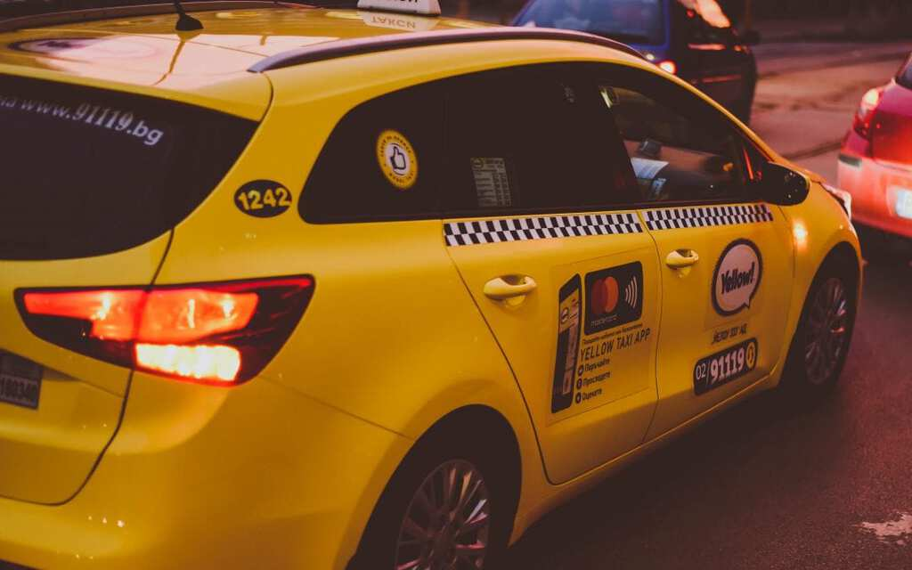 do you tip taxi drivers in usa